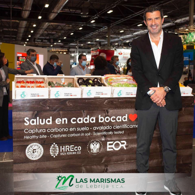 Luis Figo en el stand del nuevo proyecto de Las Marismas de Lebrija SCA